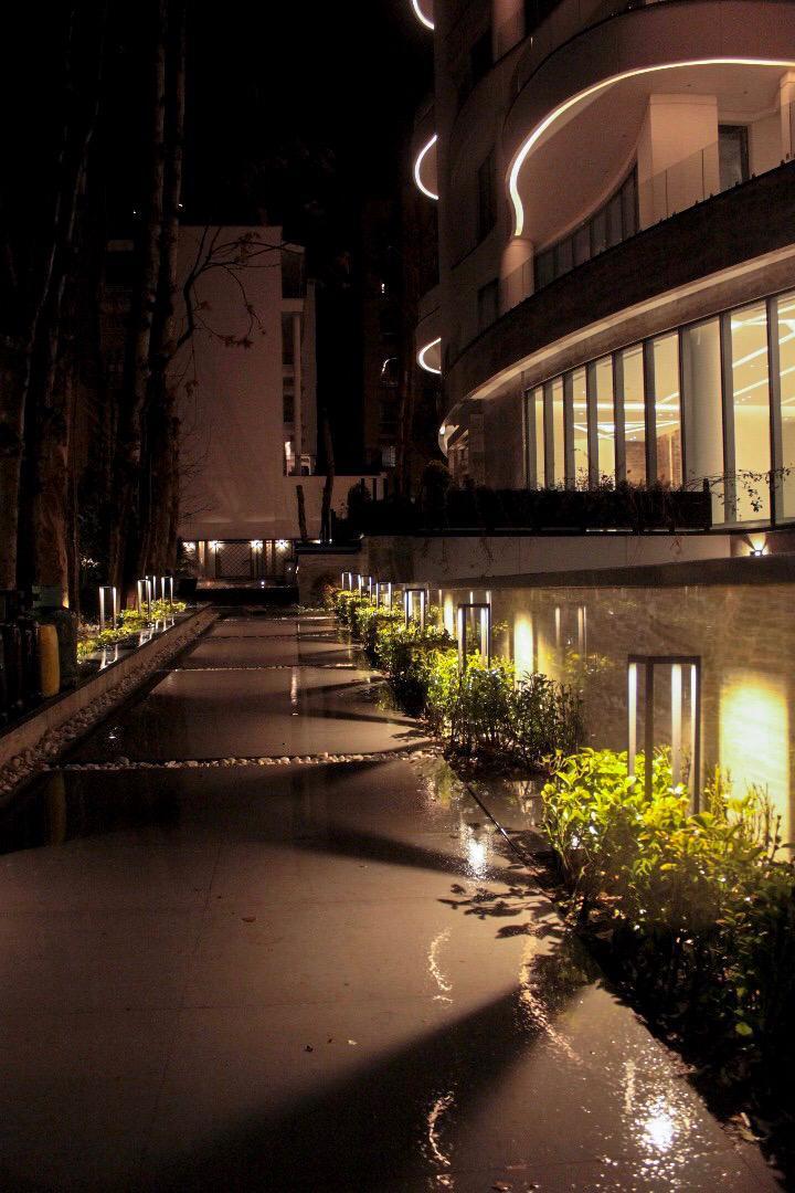 نورپردازی ورودی ساختمان با چراغ های پایه بلند